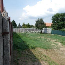 Ponúkame na predaj pozemok v Hlohovci - časť Peter. Rozloha pozemku 505m², rozmer 14x28m + prístupová cesta 3,5m široká. Prístup na pozemok z dvoch ...