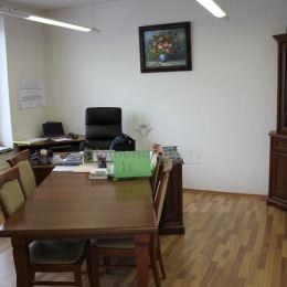 Bc. Ladislav Šosták a Diamond Reality vám ponúka na predaj podnikateľské sídlo s 3 bytovými jednotkami na Holubyho ulici.Skvelá investičná ...