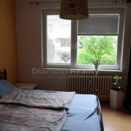 Na predaj priestranný 3 izbový byt vo výbornej lokalite na Bratislavskej ulici, v Pezinku. Byt sa nachádza na 3. zo 4 poschodí. Predáva sa čiastočne ...