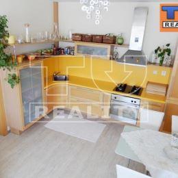 Na predaj moderný, 2-izbový byt s rozlohou 56m2 v Púchove. Nachádza sa na druhom poschodí v panelovom obytnom dome. Dispozícia bytu: vstupná chodba, ...