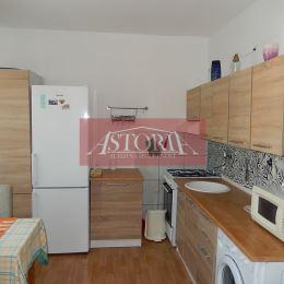 ASTORIA Vám ponúka na predaj 1-izbový byt v Martine Priekope, ul. Uzlovslá, o rozlohe 39 m2, na 3.z 3 poschodí. Nehnuteľnosť je čiastočne ...