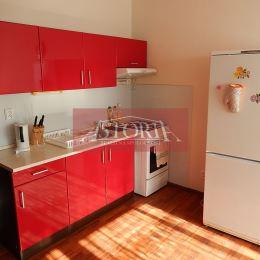 Ponúkame Vám na dlhodobý prenájom garsónku na ul Nábrežná vo Vrútkach. Slnečný byt o výmere 25 m2 v dobrom stave sa prenajíma čiastočne zariadený. ...