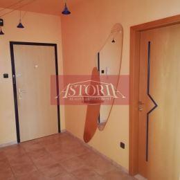 Ponúkame Vám slnečný 3-izbový byt v Martine na Ľadovni. Orientácia: JV - kuchyňa a 2 izby, JZ - obývačka. Plocha 67m2 + loggia 3m2 + pivnica 3m2 ...