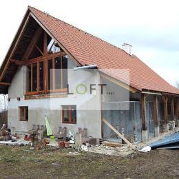 Ponúkame Vám na predaj domy a vily Banská Štiavnica, Banky. Plocha: úžitková 125m2, pozemku 20699m2.Stav objektu: novostavba. Cena 420 000 €