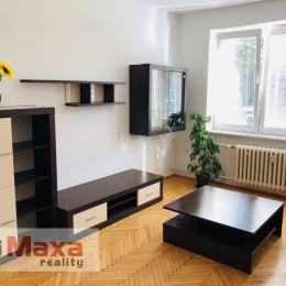 Ponúkame Vám na predaj 2 izbový tehlový byt v Prievidzi. Byt o rozlohe 56m2 sa nachádza na vyvýšenom prízemií zo štyroch. Prešiel čiastočnou ...