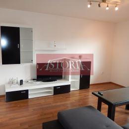 Ponúkame Vám na prenájom 4 izbový byt o rozlohe 94 m2, nachádzajúci sa na 2/4 poschodí na ul. Ambra Pietra, Martin - centrum v bytovom dome ATRIUM. ...