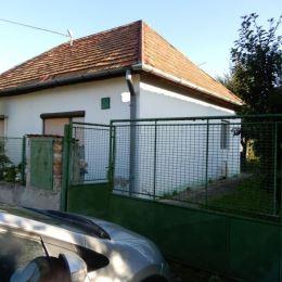 Na predaj rodinný dom, 130 m2 a celková výmera pozemku je 786 m2, Jur nad Hronom, Levice. V dome sa nachádza vstupná chodba, kuchyňa, kúpeľňa a WC, 4 ...