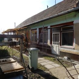 Na predaj rodinný dom, 150 m2 a celková výmera pozemku je 1354 m2, Jur nad Hronom, Levice. V dome sa nachádza chodba, 2 kuchyne, 2 kúpeľne, 4 izby, 2 ...