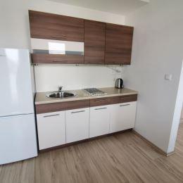 Jednoizbový byt na prenájom v širšom centre Žiliny orientovaný na východ s rozlohou 21m2. Byt je v pôvodnom stave, pozostáva z kuchyne s balkónom, ...