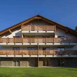 K bytu patrí vlastné parkovacie miesto a pivnica, ktorá je vhodná aj na uskladnenie lyží, bicyklov a podobne. V exteriéri Borovice je altánok určený ...