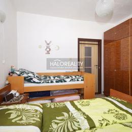 Ponúkame Vám na predaj slnečný trojizbový byt v Partizánskom na sídlisku Šípok. Byt má rozlohu 72m². Nachádza sa na piatom poschodí päťposchodového, ...