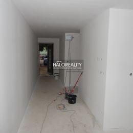 Ponúkame na predaj novostavbu 3 izbového rodinného domu v Hlohovci na ulici Zábranie. Vynikajúca lokalita 200m od hlavnej stanice (autobusovej a ...