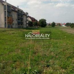 Ponúkame na predaj pozemok s rozlohou 730 m² v obci Zavar, okres Trnava. Pozemok má šírku 17 m. K pozemku vedie asfaltová cesta, všetky inžinierske ...