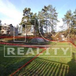 Na predaj krásny slnečný rovinatý pozemok v tichej lokalite, na okraji obce - Dovalovo. Pozemok o rozlohe 748m2 je vhodný na výstavbu rodinného domu, ...