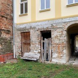 Ponúkame na predaj byt o výmere 84 m2 na Hlavnej ulici v historickom centre mesta. Byt sa nachádza na prízemí meštianskeho domu, v národnej kultúrnej ...