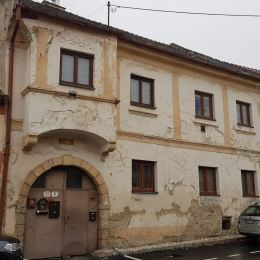 Na základe výhradného poverenia majiteľa nehnuteľnosti Vám ponúkame na predaj priestranný 3 izbový byt so zázemím, ako jeden zo štyroch bytov v ...