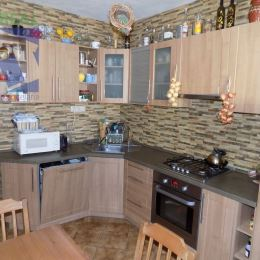 Ponúkame na predaj 3 izbový bytPrievidza, Zapotôčky - pôvodný stav.Byt je vystierkovaný okrem obývacej izby, vymenené plastové okná. Nová kuchynská ...
