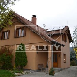 TUreality Vám ponúkajú na predaj krásny a priestranný 5 izbový klimatizovaný, tehlový rodinný dom, umiestnený medzi záhradami s pekným výhľadom na ...
