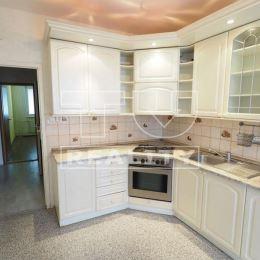 Na predaj svetlý a veľký 3-izbový byt s loggiou v dobrej lokalite na Murániho ulici sídliska Klokočina-Diely v Nitre. Z bytu sú pekné výhľady na ...