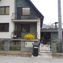 Na predaj nadštandardný 7 izbový dvojpodlažný rodinný dom vo vyhľadávanej lokalite - Považskom Podhradí, pozemok 974m2, zastavaná plocha 168m2.Dom ...
