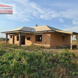 ODPORÚČAMEPonúkame na predaj novostavbu ktorá bude dokončená v štádiu holodom, priestranného 4 izbového Rodinného Domu ( BUNGALOV) v Osobnom ...