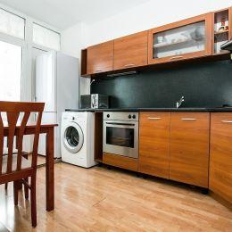 Predáme 3 - izb. byt v zrekonštruovanom dome na Krásnohorskej ul. v Petržalke. Nachádza sa na 3. poschodí osemposchodového domu. Jeho celková plocha ...