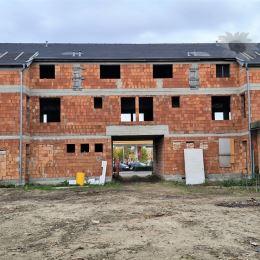 Predáme na začiatku SVÄTÉHO JURA rozostavanú 3 podlažnú tehlovú stavbu podnikateľského objektu - so zastavanou plochou 722 m2, ÚP je 2166 m2.Za ...