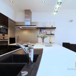 MRK & RETEX - realitná kancelária pôsobiaca na realitnom trhu od roku 1999Vám exkluzívne ponúka 2,5 izbový slnečný byt v novostavbe TATRA PANONIA na ...