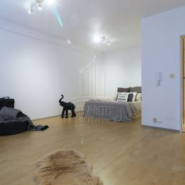 MRK & RETEX - realitná kancelária pôsobiaca na realitnom trhu od roku 1999Vám exkluzívne ponúka 1,5 izbový priestranný byt v staršej novostavbe v ...