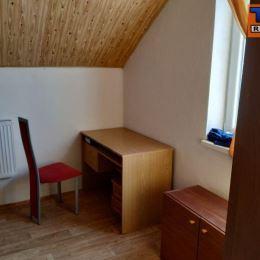 TUreality Vám ponúka na na predaj dvojpodlažný rodinný dom s podkrovím v Nitre, mestská časť Janíkovce, na rovinatom a slnečnom pozemku o rozlohe 574 ...