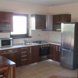 Ponúkame na prenájom 3 izbový rodinný dom, kompletne zariadený, vynikajúci prístup na diaľnicu, zástavka mhd 100 m.K dispozícii dve spálne, obývačka ...