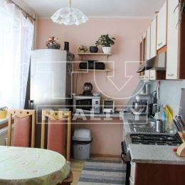 Na predaj veľký svetlý 1 izbový byt s priestrannou vstupnou chodbou a veľkou izbou, nachádzajúci sa na výhodnom a vyhľadávanom 1.poschodí bytového ...