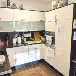 TUreality so súhlasom majiteľa ponúka na predaj veľmi pekný, presvetlený, 2,5 izbový byt v novostavbe Agátky na Cementárenskej ulici v Stupave. ...