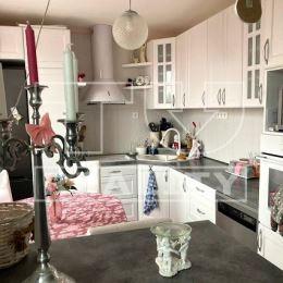 Na predaj krásny slnečný veľkoplošný 3-izbový byt v Leviciach v jednej z najvyhľadávanejších lokalít okresného mesta Levice. Byt prešiel kompletnou ...
