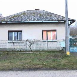 Na predaj rodinný dom v pokojnej dedinke Sikenička. Dom je dispozične dobre riešený. Pozostáva z troch izieb, v ktorých sa nachádzajú drevené podlahy ...