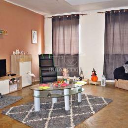 : Na predaj 4-izbový rodinný dom s veľkým pozemkom a garážou v Nových Zámkoch. Úžitková plocha domu je 120m2 a bol postavený v roku 1978 z nepálenej ...