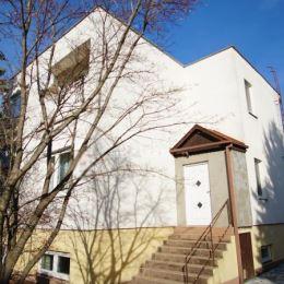 : Na predaj 4-izbový, kompletne prerobený rodinný dom vo vyhľadávanej lokalite s balkónom v Nových Zámkoch. Úžitková plocha domu je 150m2. Dispozične ...