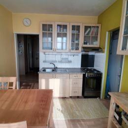 Na predaj 3-izbový byt o celkovej výmere 64 m2 v panelovom dome na prízemí na sídlisku Rozkvet v Považskej Bystrici. Vhodný na rekonštrukciu podľa ...