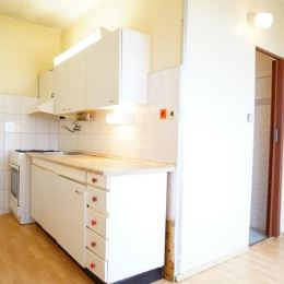 : Na predaj 3-izbový byt s veľkým balkónom blízko centra v Nových Zámkoch. Byt sa nachádza na 4.poschodí zatepleného obytného domu s výťahom. ...