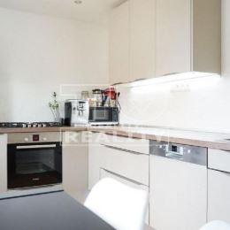 Na predaj 2-izbový byt po kompletnej rekonštrukcii. Byt o výmere 51m sa predáva zariadený alebo po dohode. Byt sa nachádza na treťom poschodí. K bytu ...