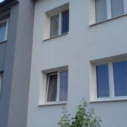 Ponúkame na predaj veľkometrážny 3 - izbový byt o výmere 83,20 m2, s krásnym výhľadom, ktorý je situovaný v blízkosti centra mesta Námestovo. Byt sa ...