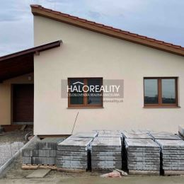 Ponúkame na predaj novostavbu 4 izbového rodinného domu s garážou v obci Kráľová nad Váhom okres Šaľa, ktorá je postavená na pozemku s rozlohou 395 ...
