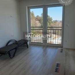 Ponúkame na predaj dvojizbový byt v novostavbe CASTLE v Bojniciach na Rekreačnej ulici, ktorý sa nachádza na 1 poschodí zo 4, podlahová plocha je ...