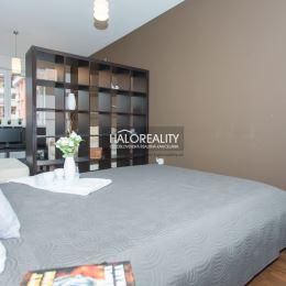 Ponúkame Vám na predaj slnečný a priestranný jednoizbový byt so spacím kútom v Bratislave vo vyhľadávanej časti na začiatku Petržalky na Šustekovej ...