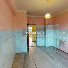 Ponúkame na predaj 6 izbový, 2 podlažný rodinný dom so zastavanou plochou 145m² v obci Kráľová nad Váhom, ktorý sa nachádza na pozemku s rozlohou ...