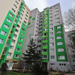 Ponúkame na predaj trojizbový byt s lodžiou v Bratislave, v mestskej časti Petržalka, Topoľčianska ulica. Byt v osobnom vlastníctve sa nachádza na ...