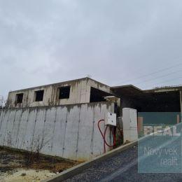 Ponúkame na predaj výstavbu rodinného domu v obci Horný Moštenec. V súčasnosti je v riešení stavebné povolenie, pričom výstavba by sa mala začať na ...