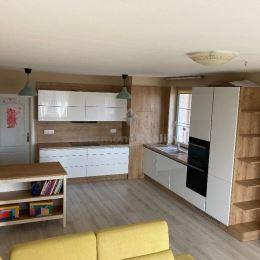 Na predaj 3 izbový slnečný a priestranný byt vo Viničnom na Lipovej ulici. Byt sa nachádza na 3. poschodí zo 4. Rozloha: 76 m2. Dva balkóny. Do bytu ...