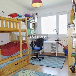 Ponúkame na predaj veľký a príjemný 4-izbový byt so skvelou dispozíciou vo výbornej lokalite Bratislava-Petržalka, ulica Znievska. Byt sa nachádza na ...