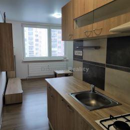 Na predaj je pripravená vkusne zrekonštruovaná garsónka s rozlohou 24 m² nachádzajúca sa na 7. poschodí 13 poschodového bytového domu na Třebičskej ...